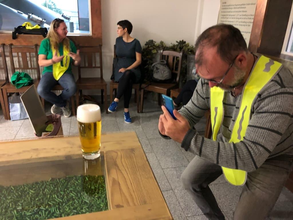 Christian fotografiert ein Grüner Bier beim Tucher