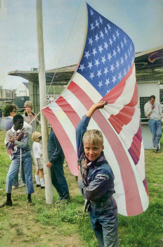 """Amerikanische Pfadfinder beim hissen der US-Fahne zur Eröffnung des """"Western Jamboree"""", einer frühen Form des DAV"""